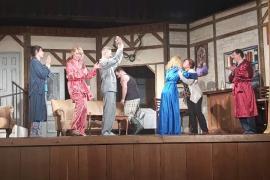 Pizsamás meglepetés Barcson: darab közben köszöntötték fel a színésznőt