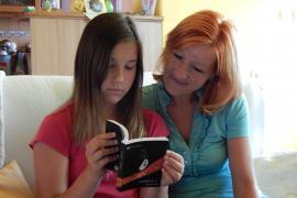 Nuszpl Sára mesét olvas