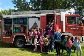 A tűzoltó autó volt a sztár a TKKI gyereknapján